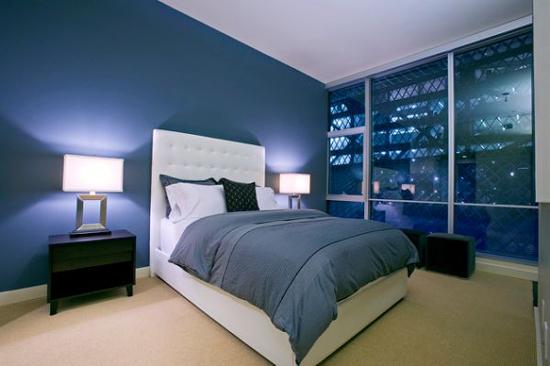 Phòng ngủ xanh lam kết hợp với màu trắng tạo nên sự nổi bật